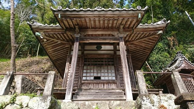 清瀧寺 瀧不動尊(中央)大黒天神殿(右側)